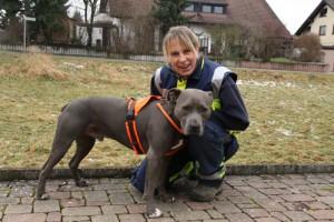 Nadine Amann mit Navid, Leitung Suchhundestaffel Tierrettung