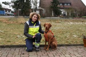 Verena Schopper mit Merlin, stellvertretende Leitung Suchhundestaffel